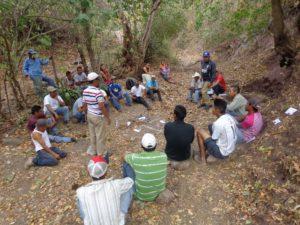 Imagen 1 - Agricultores/as aprendiendo sobre los componentes de suelo: minerales, aire, agua y materia orgánica.